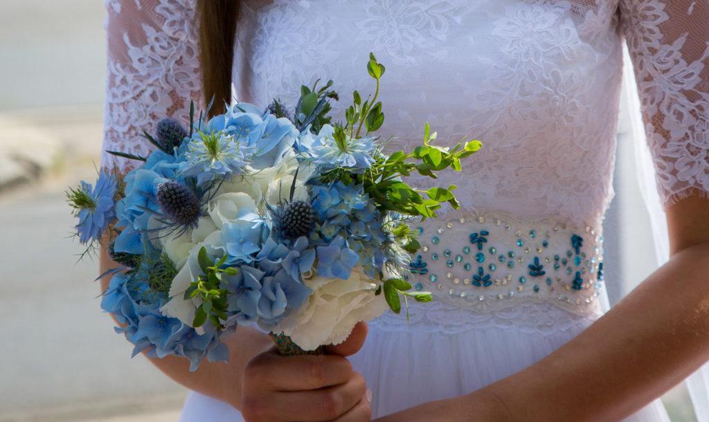 błękitny bukiet ślubny z hortensją i mikołajkiem