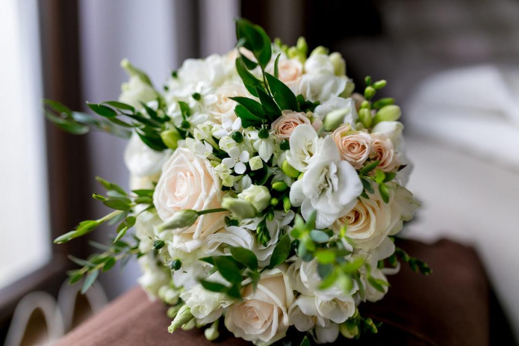 subtelny bukiet ślubny z róż, frezji i bouvardii