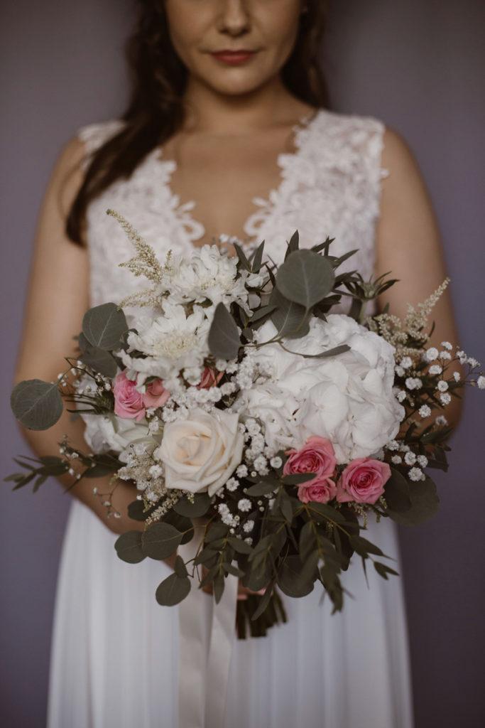 rustykalny bukiet ślubny z gipsówką i różowymi różami gałązkowymi