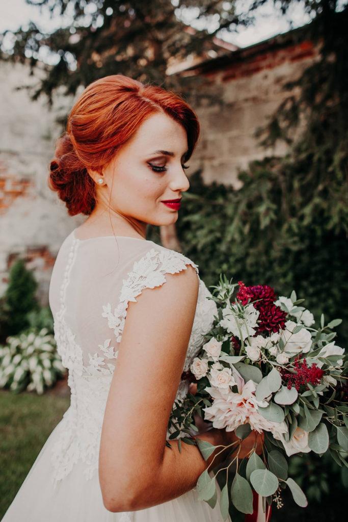 bukiet ślubny w kolorze marsala z dalią