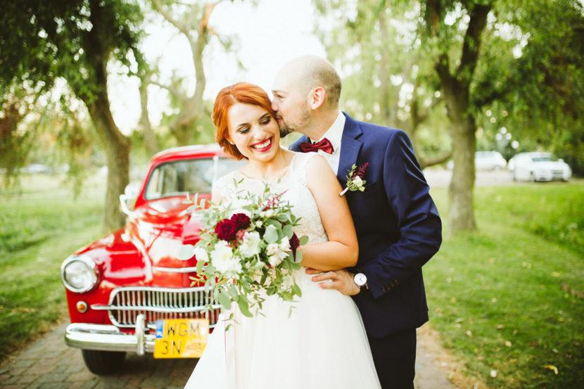 bukiet ślubny z kolorem marsala i zielenią