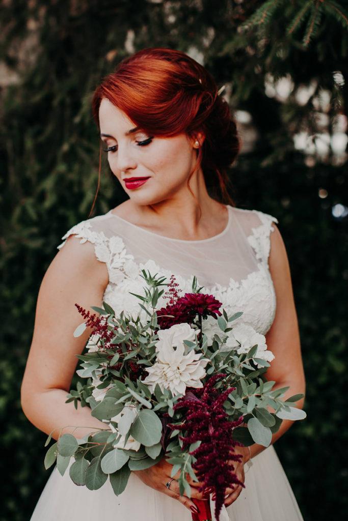 bukiet panny młodej z kwiatami w kolorze marsala