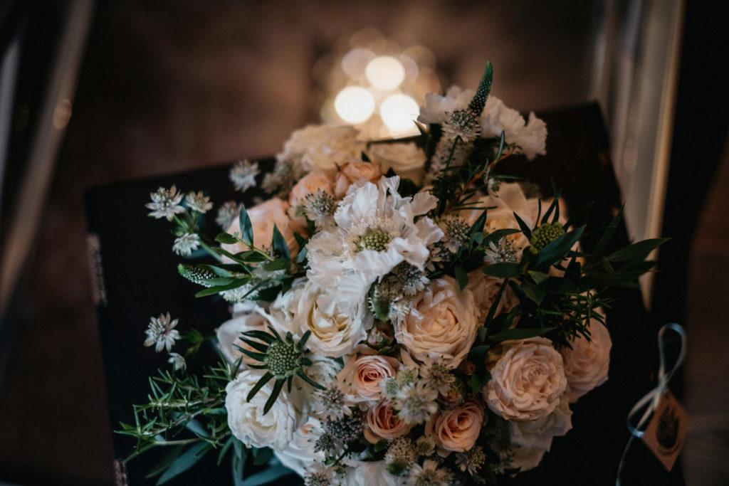 ogrodowy bukiet ślubny z kremowych róż gałązkowych i białej scabiozy