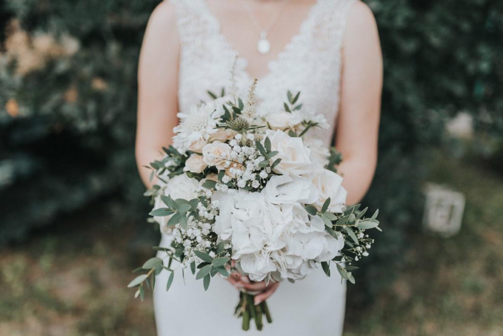 rustykalny bukiet ślubny z gipsówką i białą hortensją