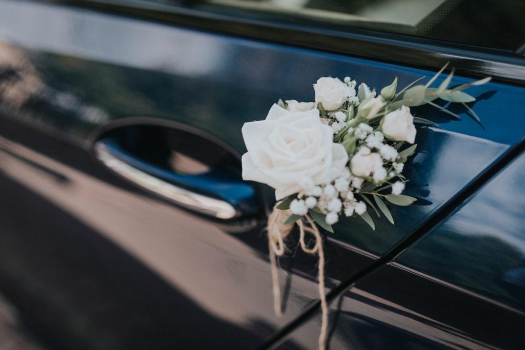 rustykalna dekoracja samochodu do ślubu