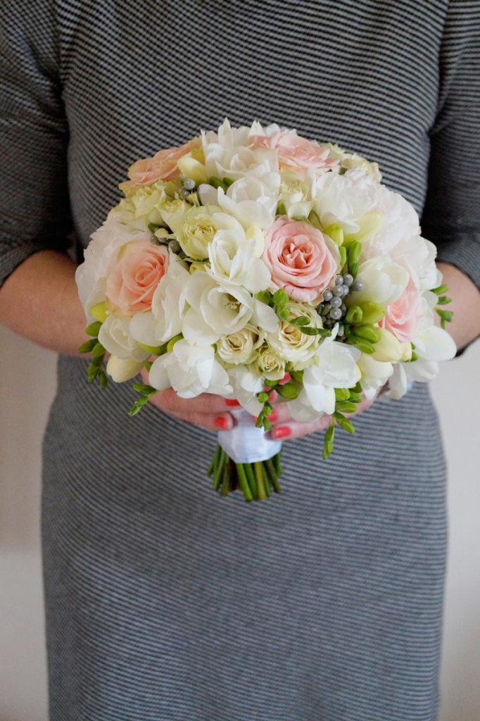 biało pudrowy róż bukiet ślubny w stylu glamour