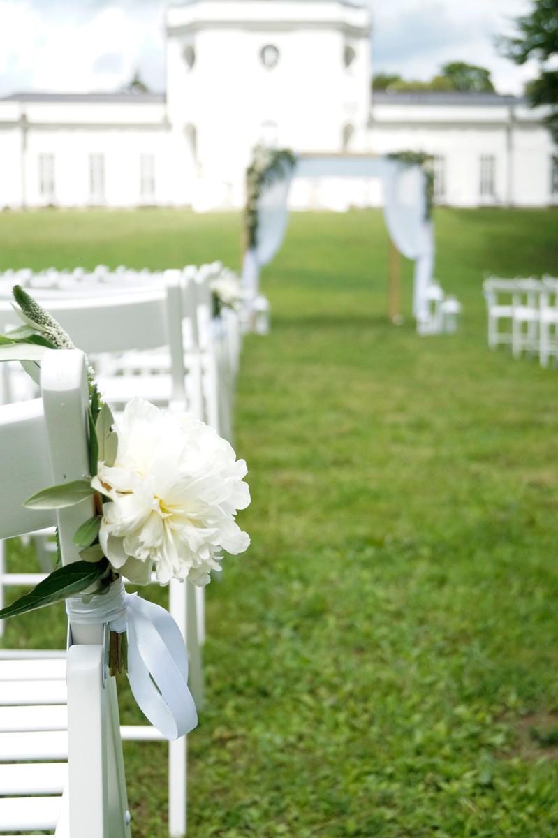dekoracja z białej peonii na krzesła