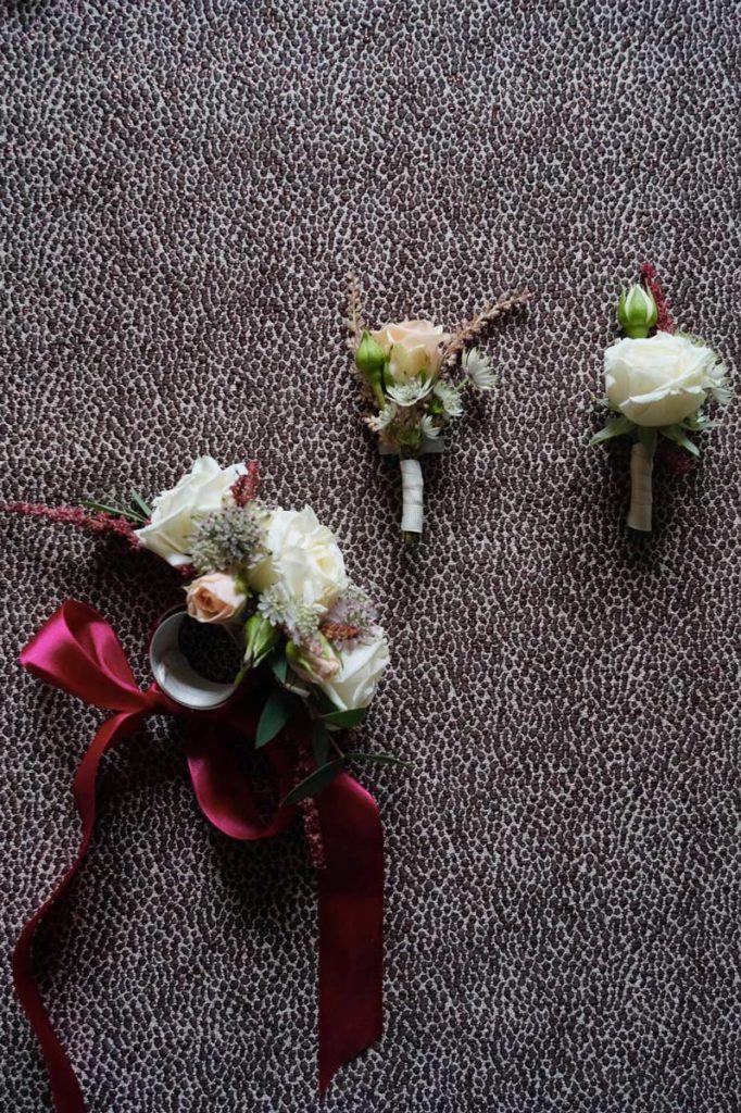 dodatki ślubne dla druhen i drużby z kolorem marsala