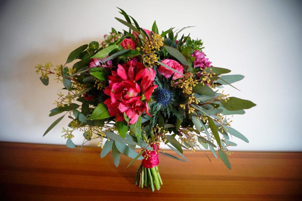 amarantowy bukiet panny młodej z eukaliptusem i mikołajekiem