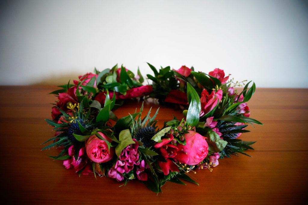 amarantowy wianek panny młodej z różami i mikołajkiem