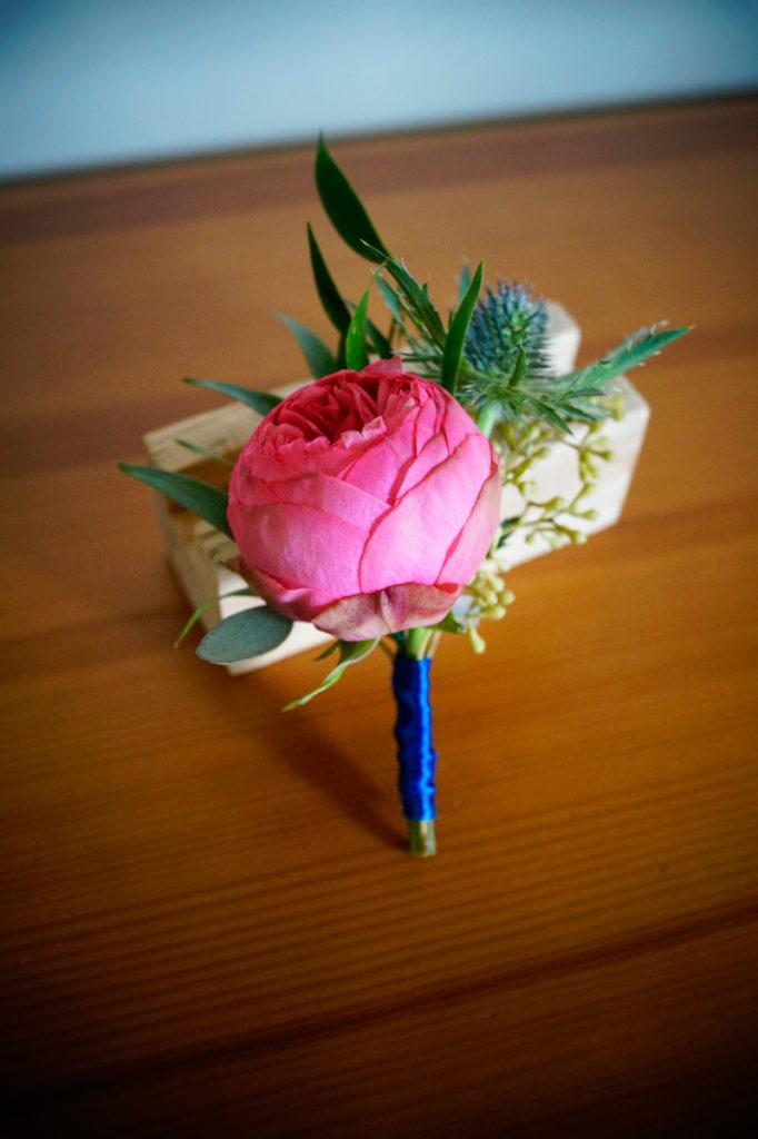 przypinka pana młodego z amarantową różą