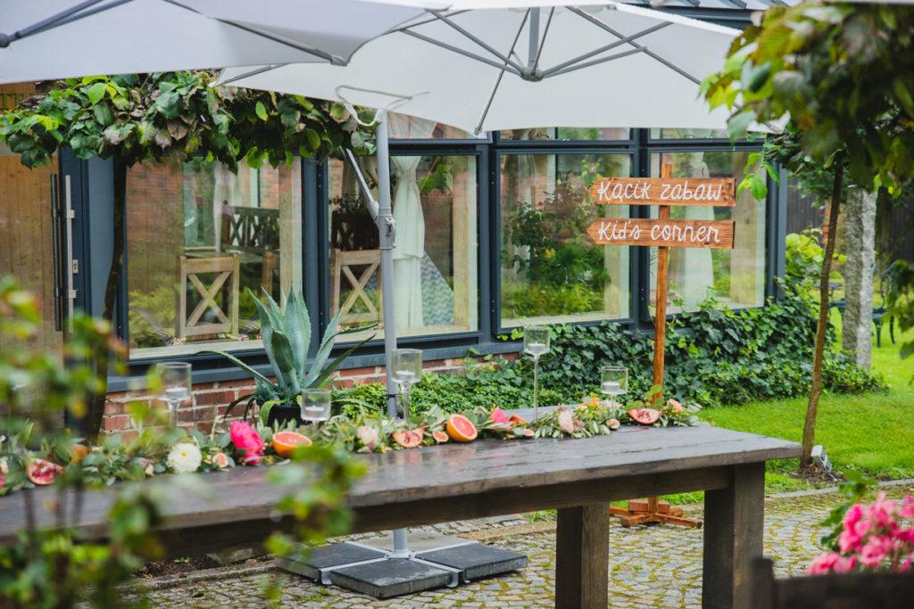 girlanda z owocami i kolorowymi kwiatami jako dekoracja stołu