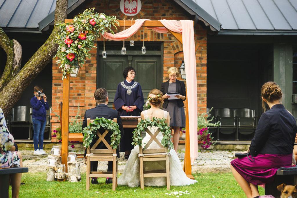 pergola ślubna jako dekoracja ślubu w plenerze