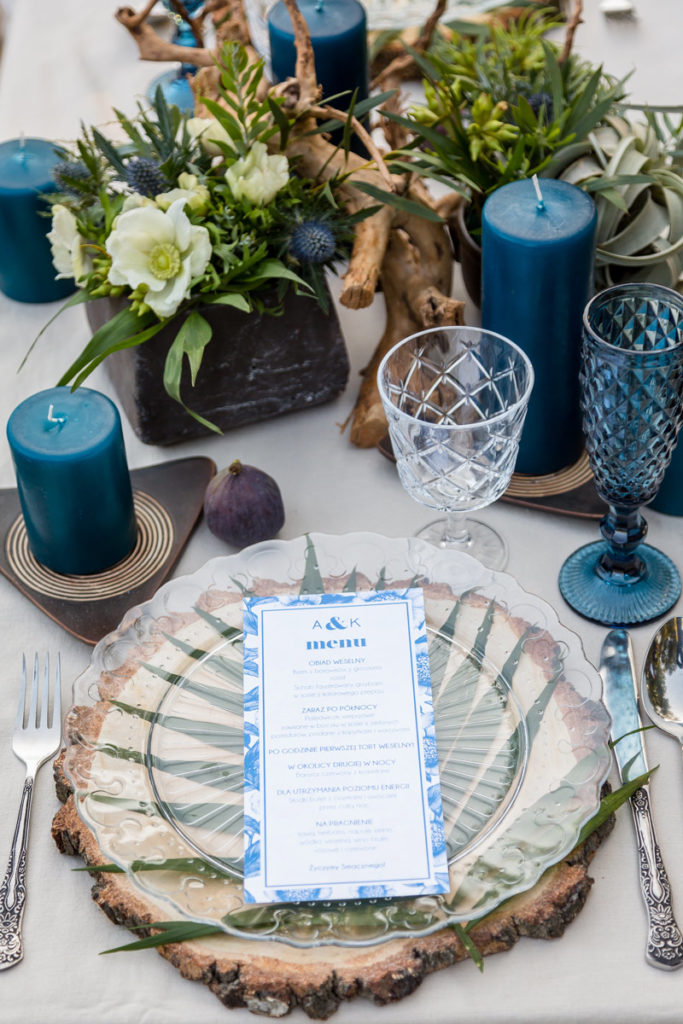 botaniczna aranżacja stołu w niebieskiej kolorystyce do sesji zdjeciowej