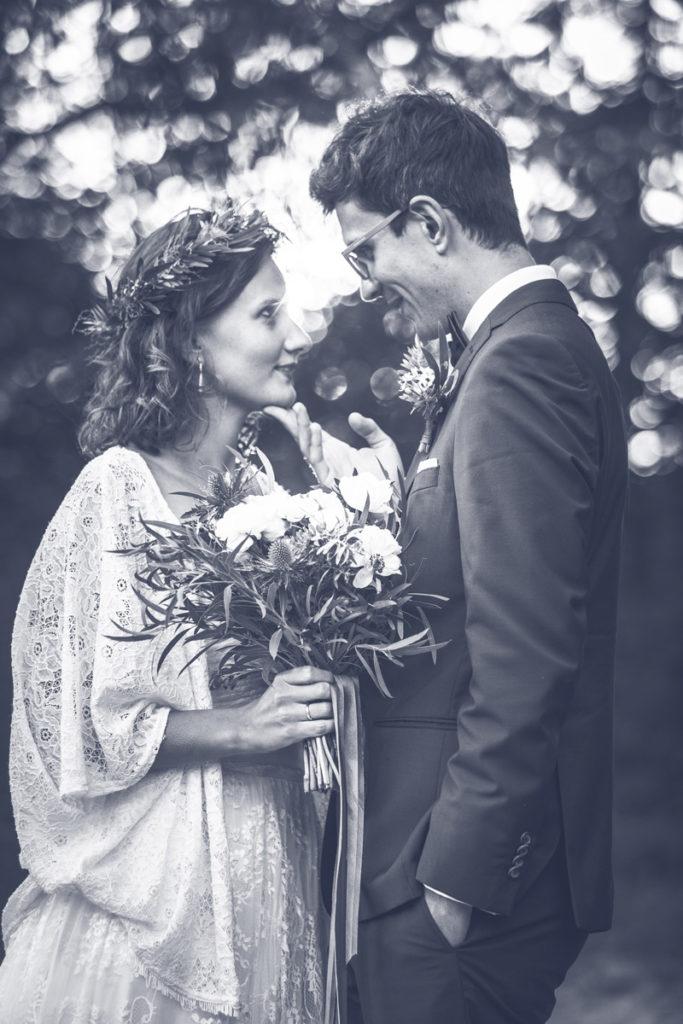 zakochana para młoda pozująca do sesji ślubnej