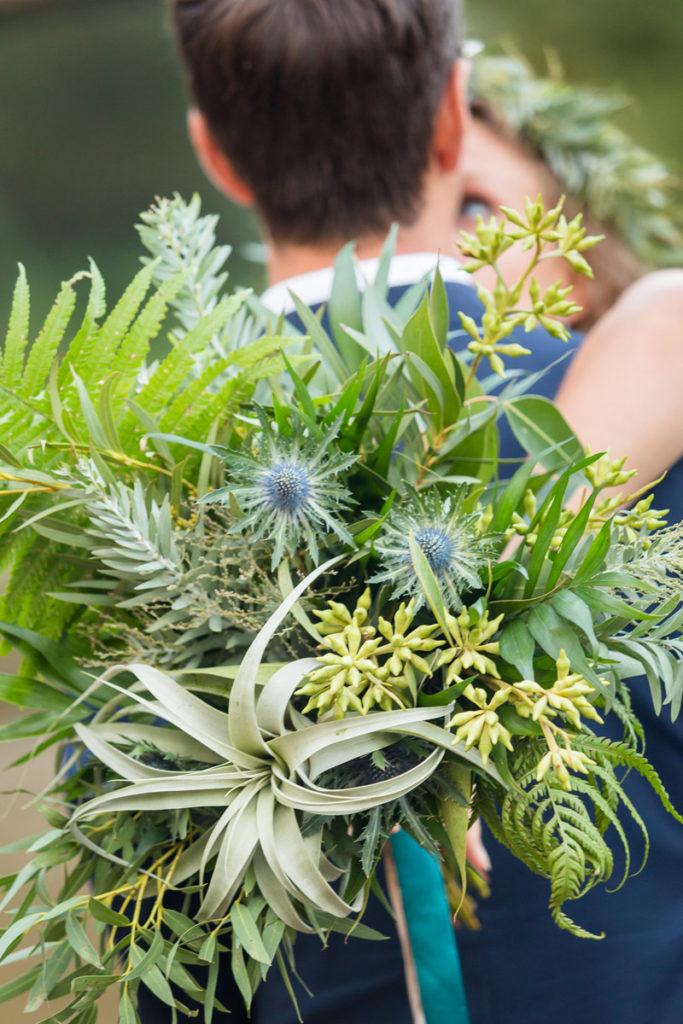 bukiet z airplant, botanicznymi dodatkami paprocią i mikołajkiem