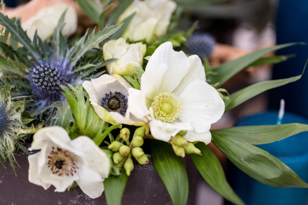 białe anemony w kompozycjach na stole