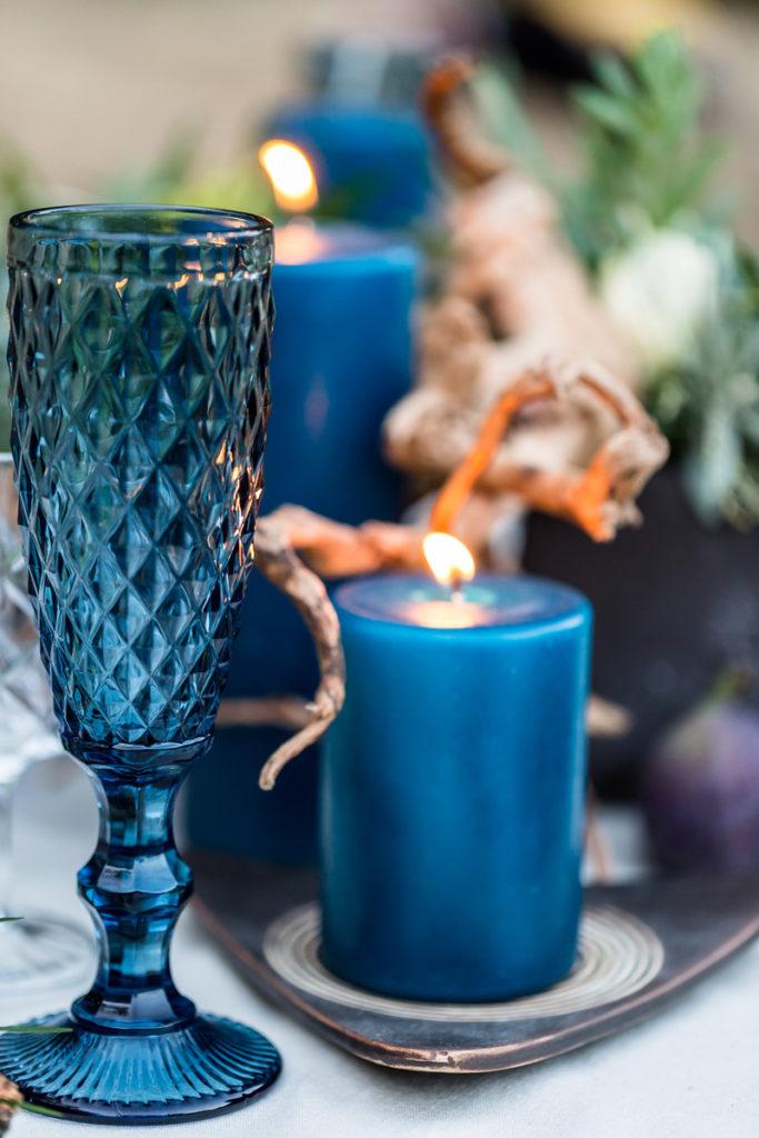 kolorowe szkło i kolorowe świece jako elementy wystroju do sesji zdjęciowej