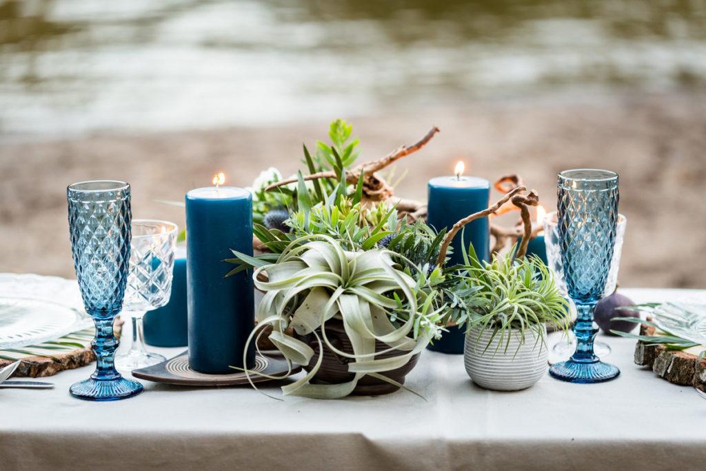 botaniczna aranżacja stołu i kolorowe kieliszki