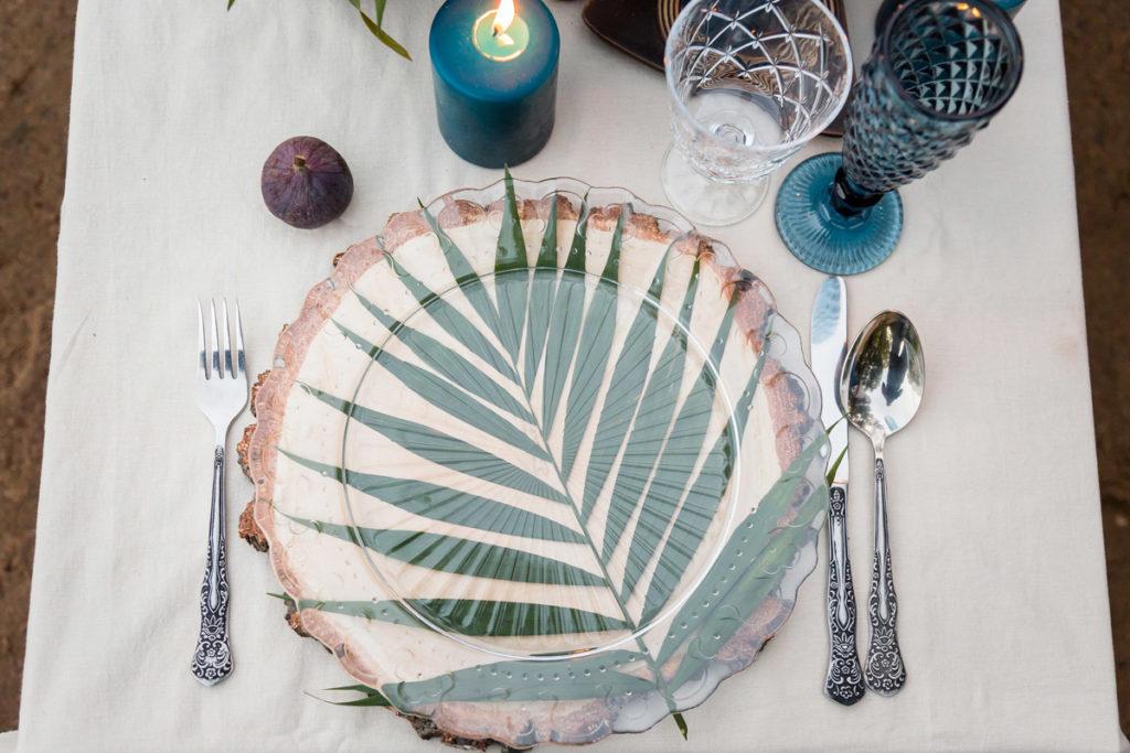 liści pod szklanym talerzem jako element zastawy stołowej