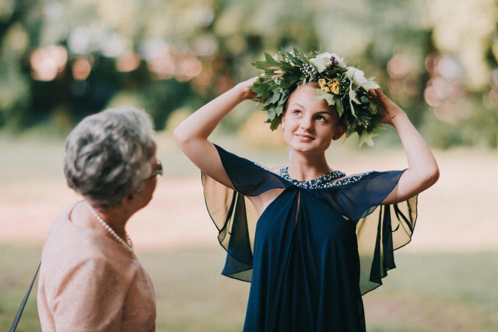 wianek z liści i kwiatów pleciony na żywo jako usługa weselna