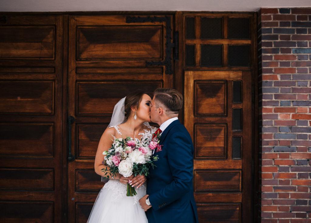 biało różowy bukiet ślubny z peonii i eustomy