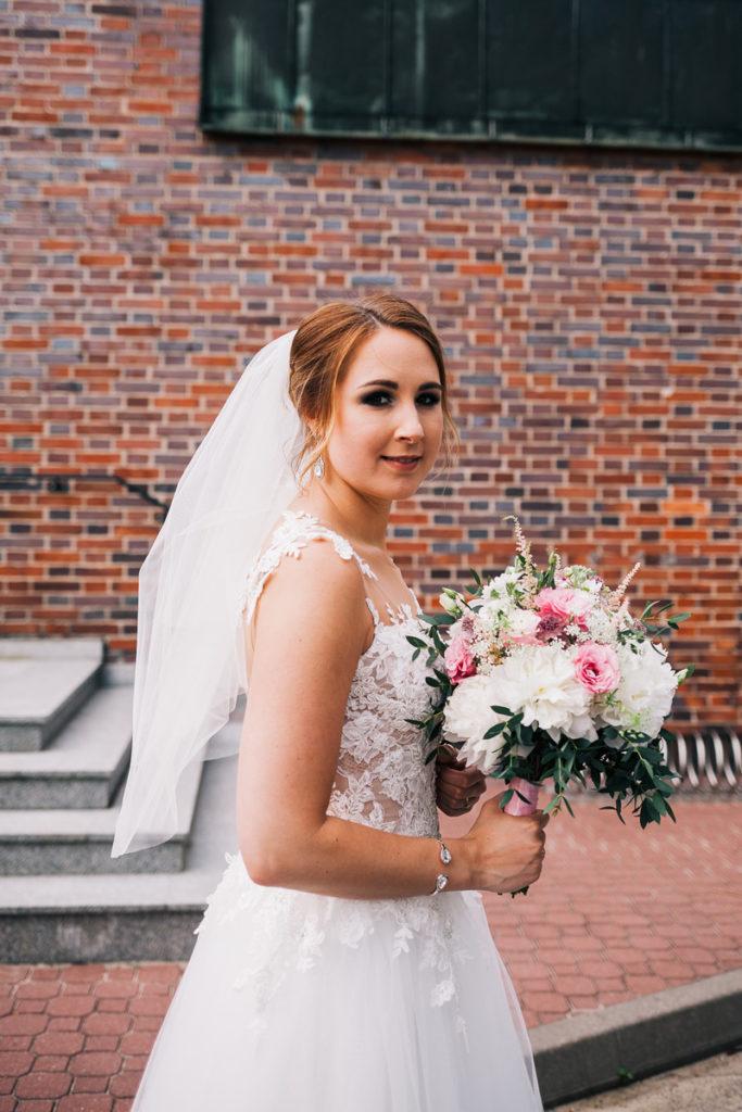 biało różowy bukiet ślubny z zielenią