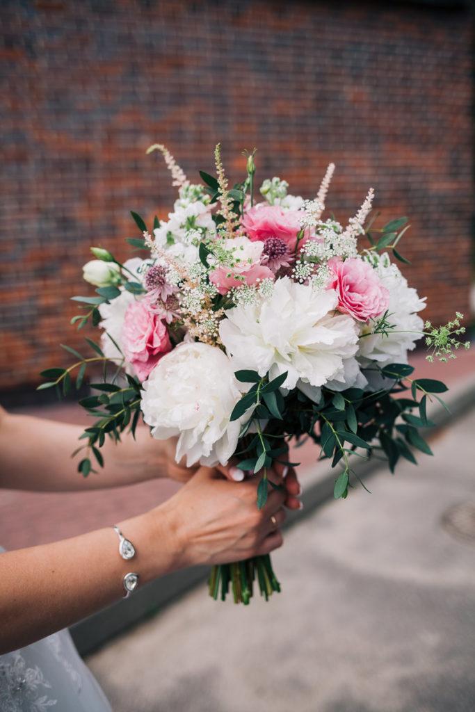 biało różowy bukiet panny młodej