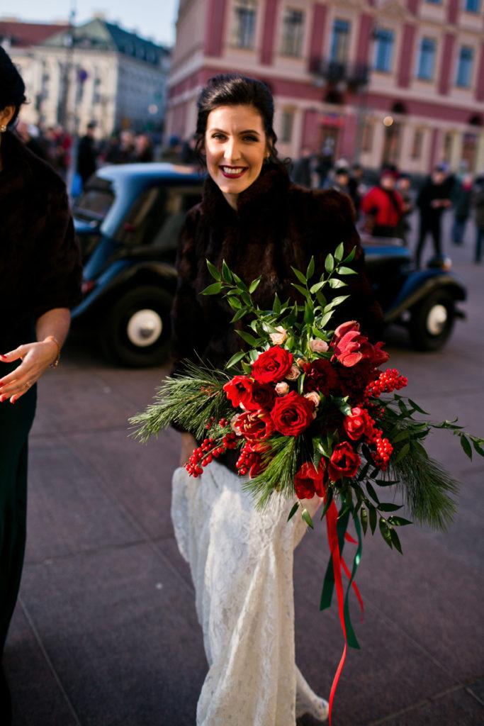 wiązanka ślubna z czerwonych róż i ostrokrzewu