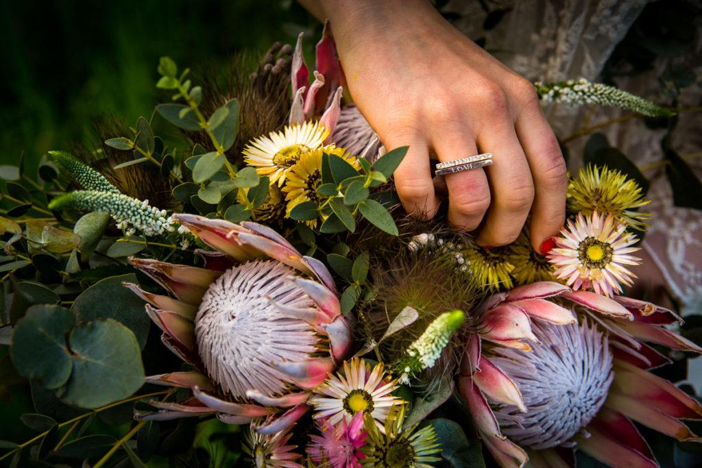 protea jako główny kwiat w bukiecie ślubnym