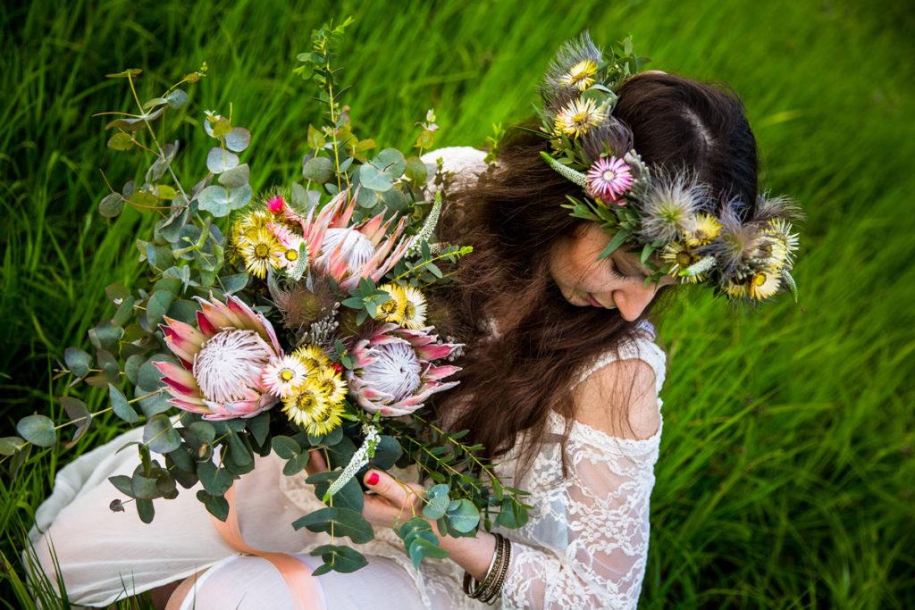 wianek w stylu boho z suszonych kwiatów i swobodny duży bukiet panny młodej
