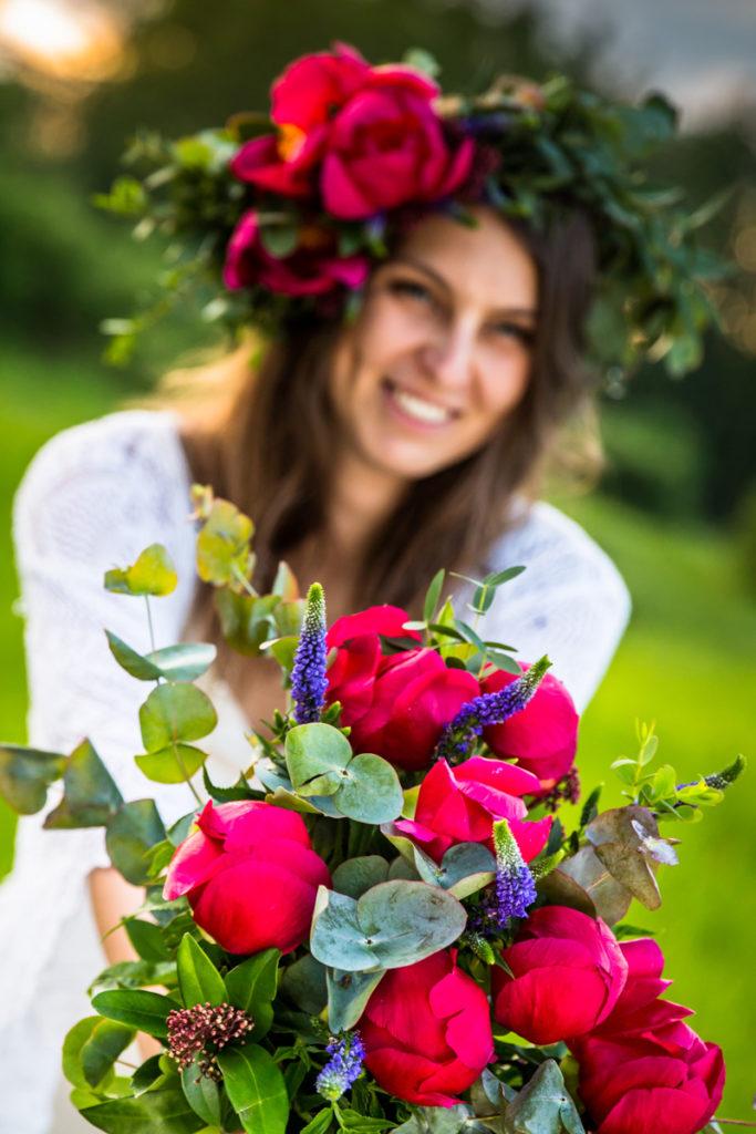 kolorowe kwiaty w bukiecie ślubnym