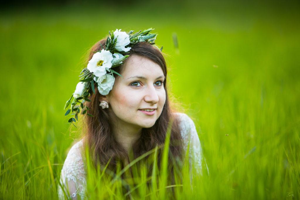 delikatny biały wianek na głowę dla panny młodej
