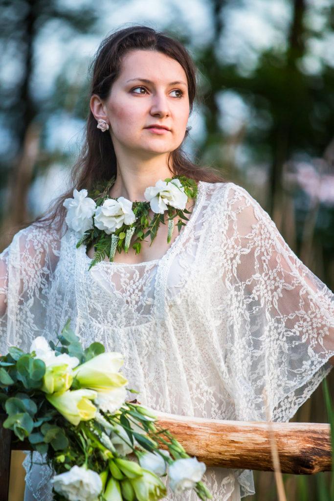 naszyjnik z białych kwiatów w stylu vintage