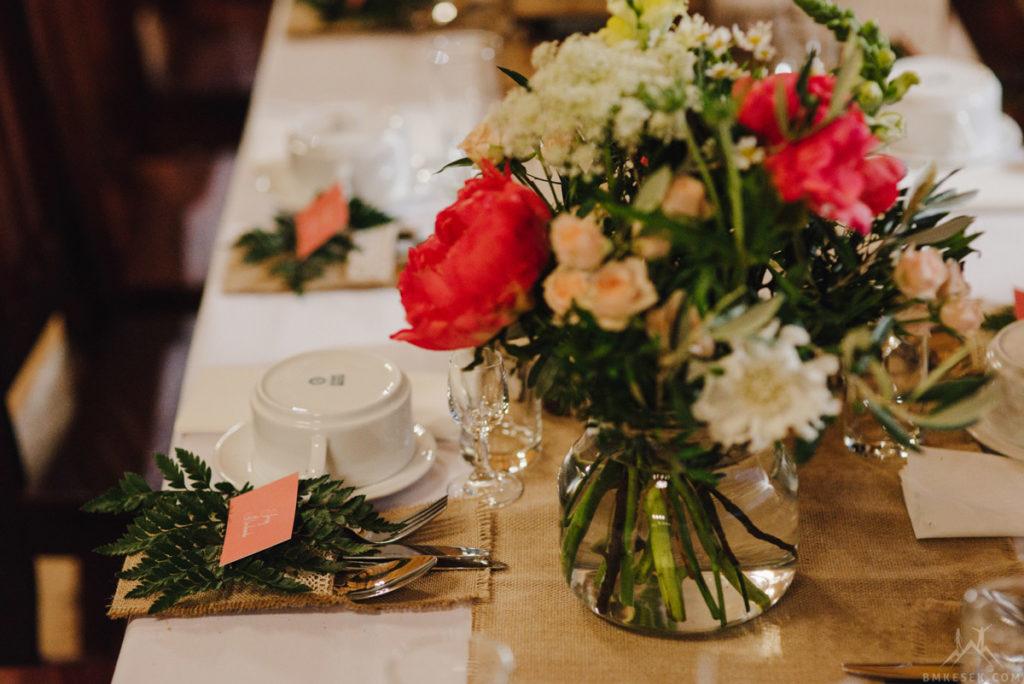 bukiet z sielskich kwiatów i peonii