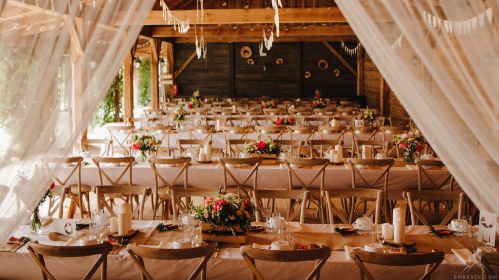 krzesła w stylu boho jako wystrój weselny w stodole
