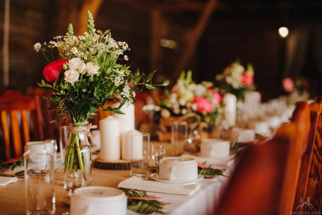 bukiety z kwiatów i zieleni w mleczarkach