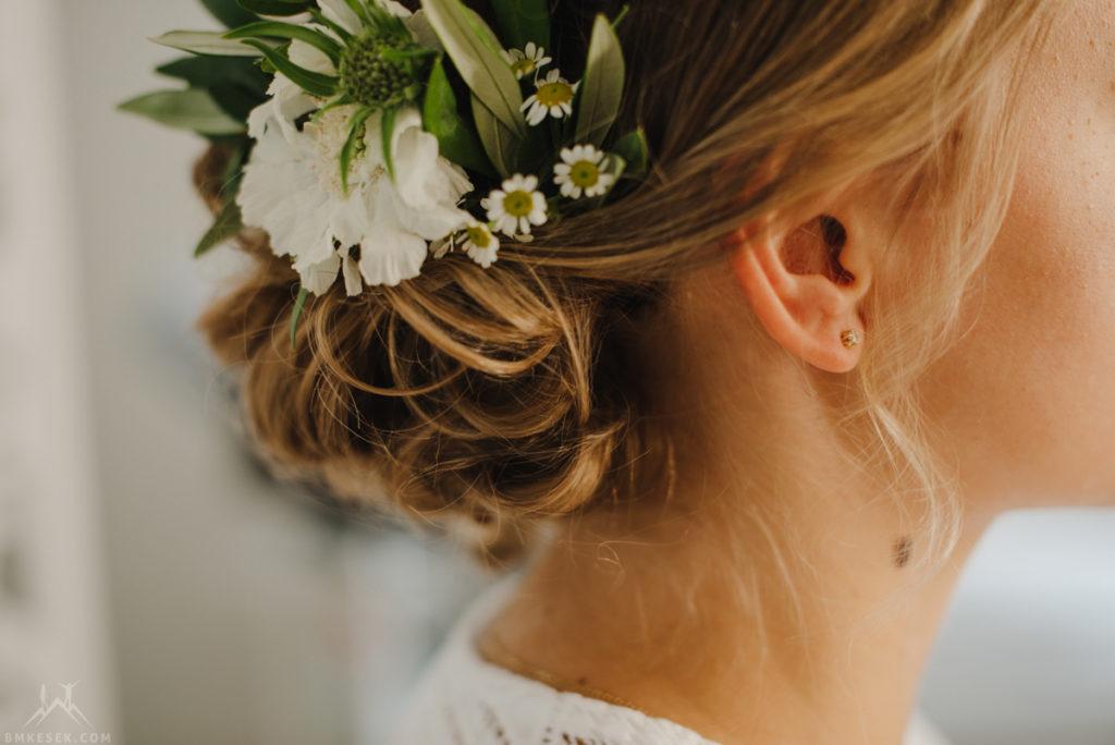 rustykalne kwiaty we włosach