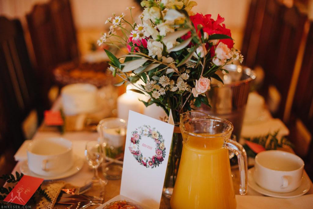 bukiety sielskie na stołach gości