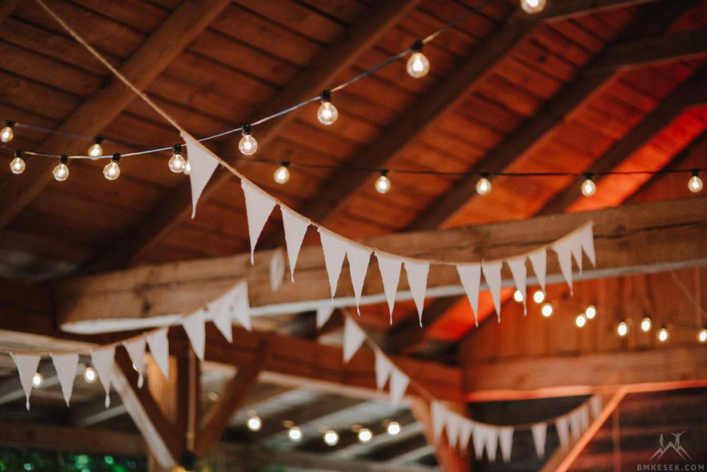 wiszące dekoracje w stodole