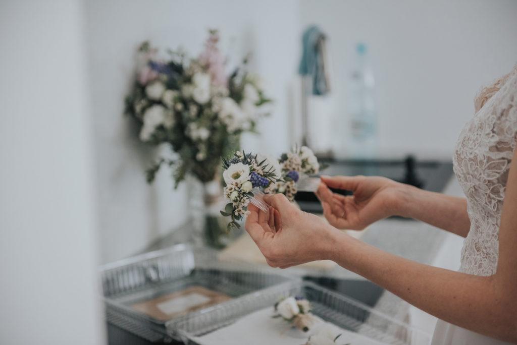 kwiaty na grzebyku z szafirkami