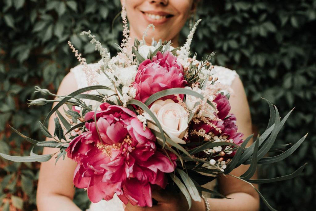 wiązanka dla panny młodej z różowych kwiatów