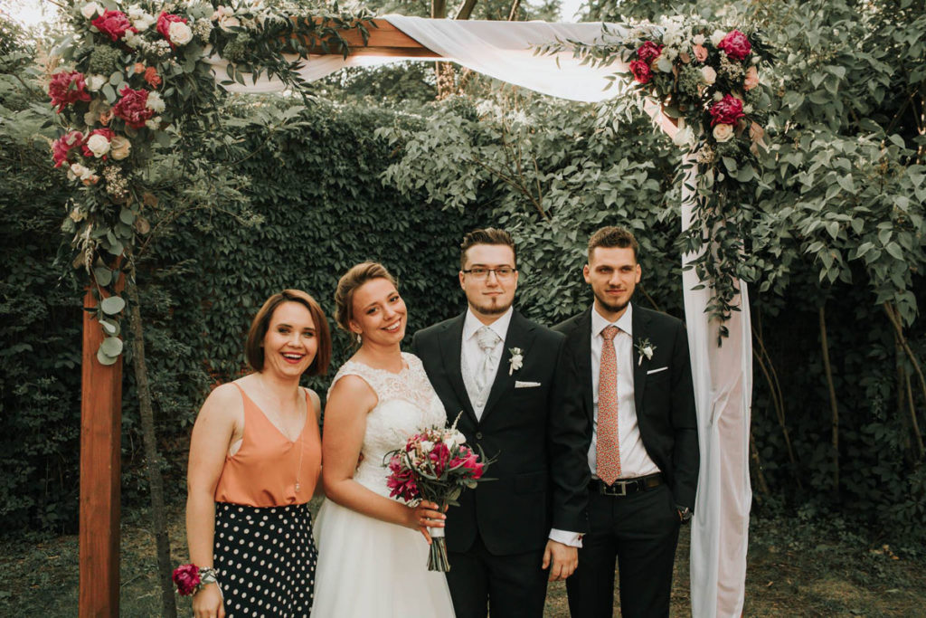 pergola na ślub w plenerze z różowymi peoniami