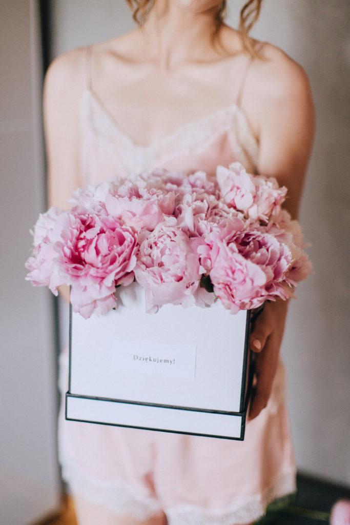 peonie różowe w pudełku