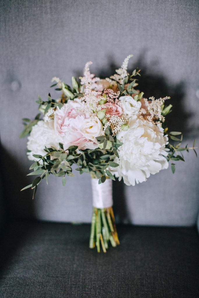 bukiet panny młodej z pastelowych kwiatów z zielenią