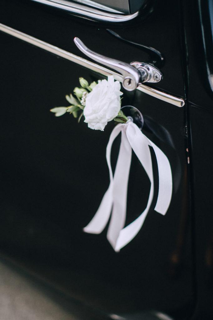 biała eustoma ze wstążką