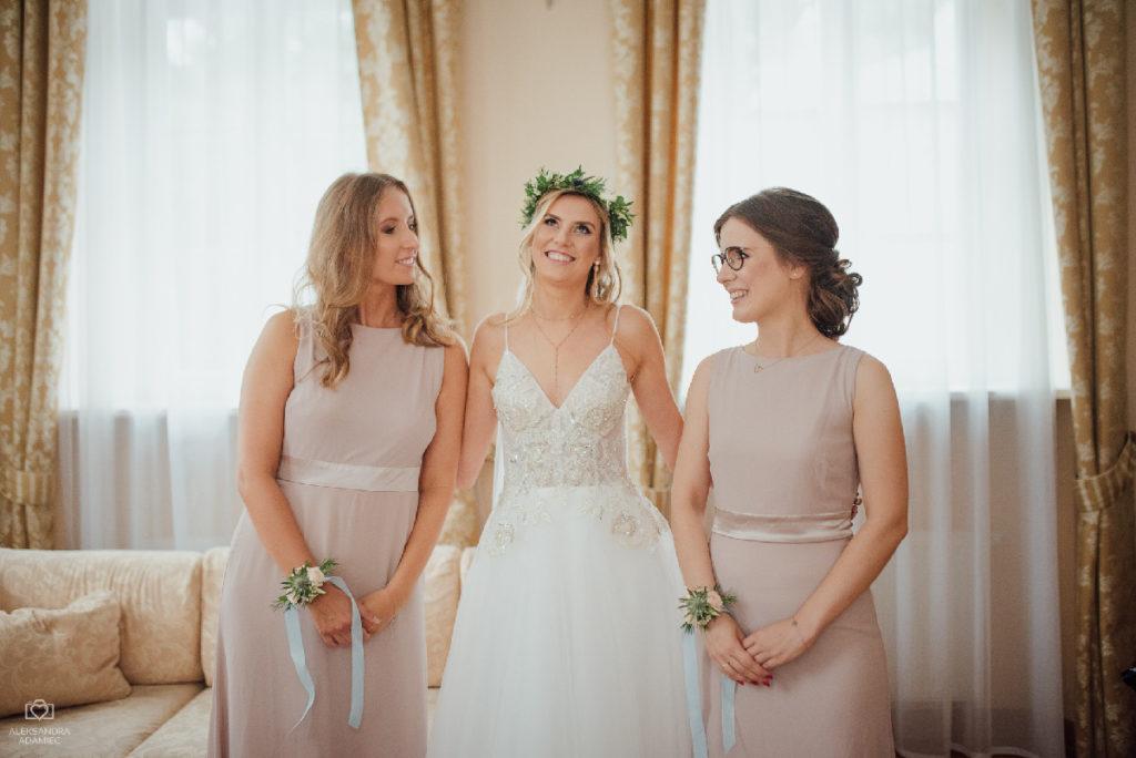 wianek ślubny i korsarze kwiatowe jako stylizacja panny młodej i druhen