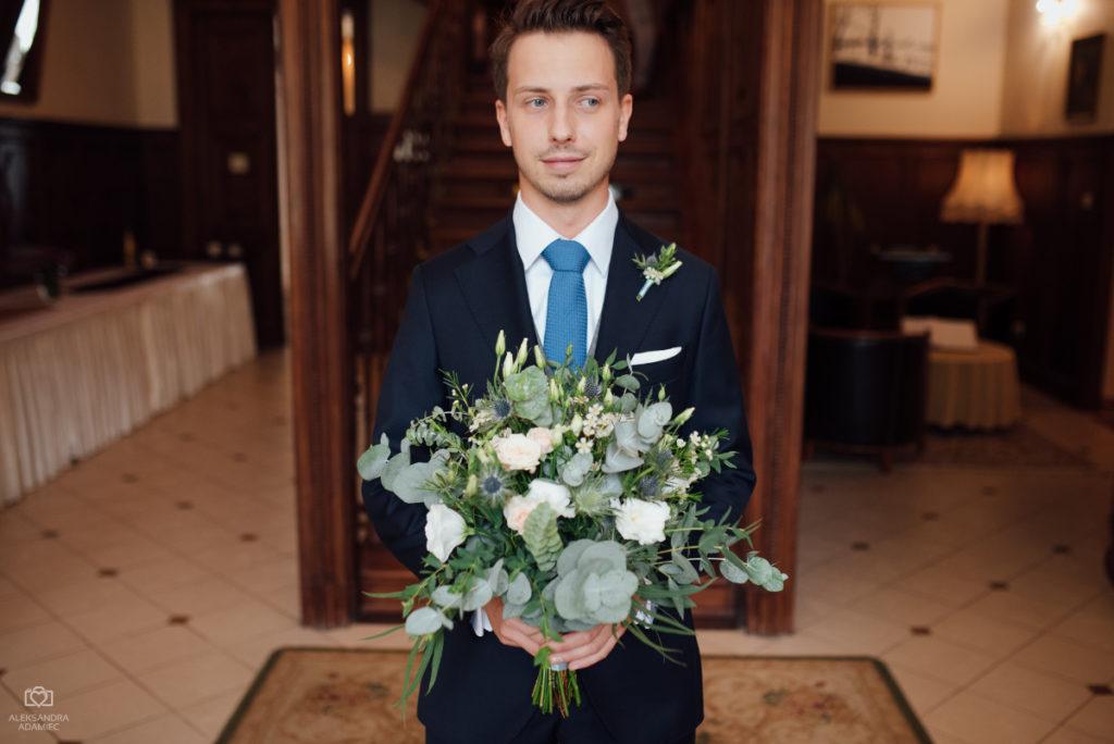 bukiet panny młodej z liści, kwiatów i mikołajka