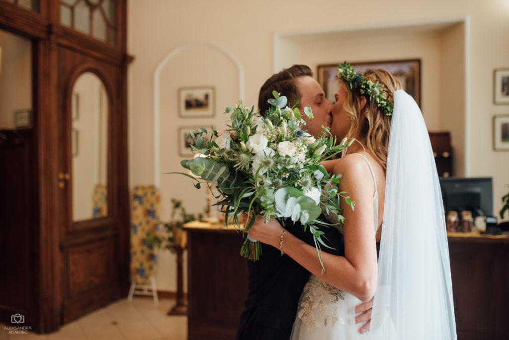 dodatki kwiatowe z zieleni do ślubu