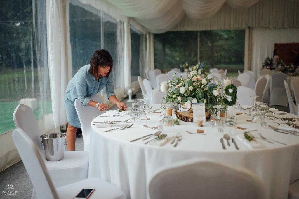 kompozycja z zieleni i kwiatów na okrągły stół weselny
